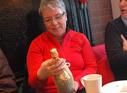 Gull-Champagne til Grethe som takk for alt arbeidet i Solkysten komiteen.